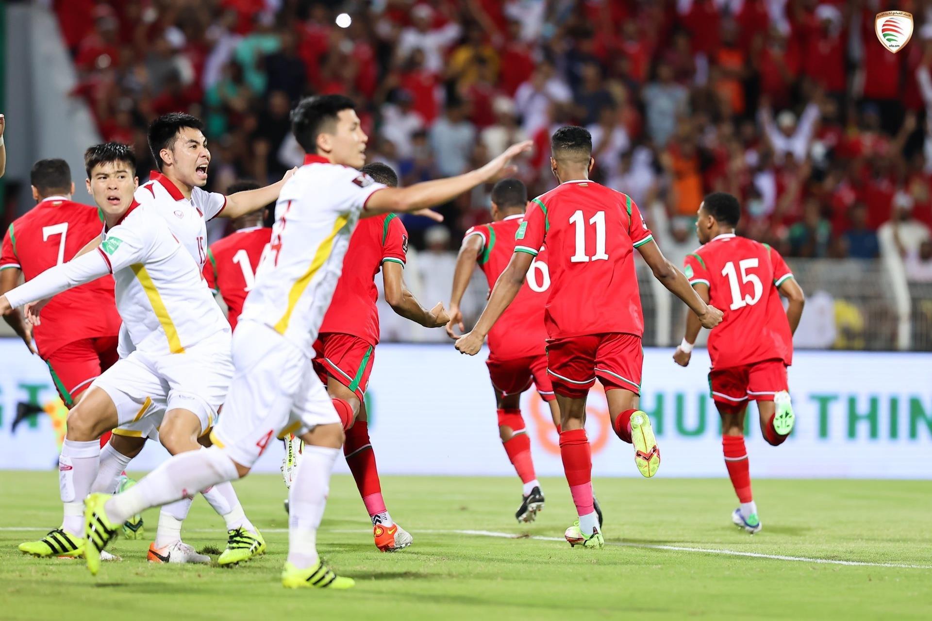 Chuyên gia: 'Tuyển Việt Nam bị thổi phạt đền do thói quen xấu của cầu thủ' - 1