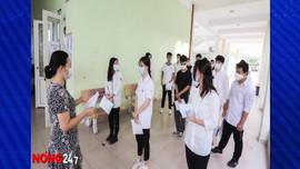Thí sinh làm thủ tục dự thi tốt nghiệp THPT trực tiếp tại điểm thi