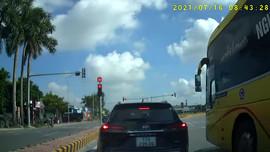 Xe khách Quang Soạn vượt đèn đỏ bất chấp pháp luật