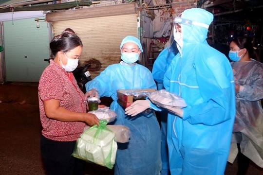 Hoa hậu Mỹ Linh, Thuỳ Linh, Đỗ Hà mặc đồ bảo hộ phát cơm cho người nghèo trong đêm