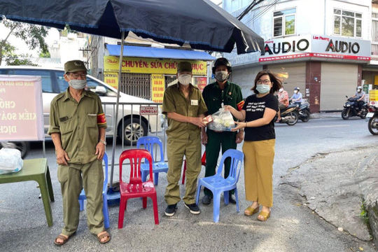 Giáo viên quận Ba Đình tích cực hỗ trợ tuyến đầu chống dịch