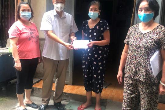 Quận Ba Đình trao tiền hỗ trợ đợt 1 cho 164 lao động tự do ảnh hưởng dịch Covid-19