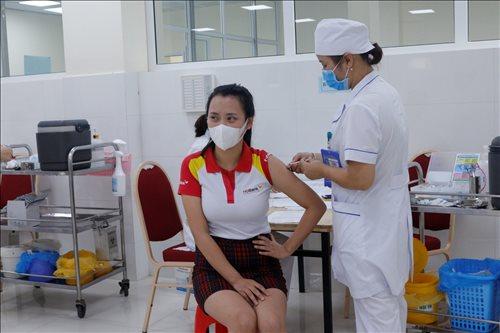 Quảng Bình: Một giáo viên tiêm cùng lúc 2 liều vaccine Covid-19, có ý muốn tiêm 4 lần.