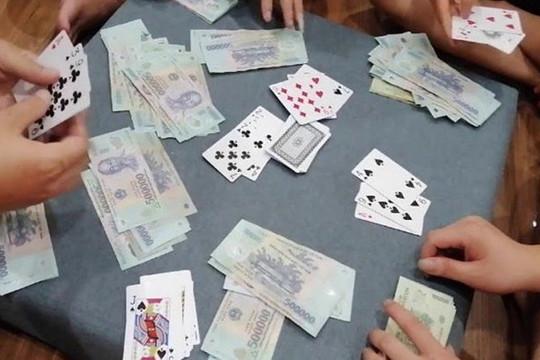 Bắt quả tang 2 hiệu trưởng trường tiểu học đánh bạc