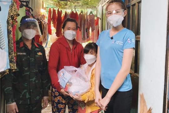 Hoa hậu Đỗ Hà cùng các chiến sĩ bộ đội chuẩn bị quà hỗ trợ người nghèo