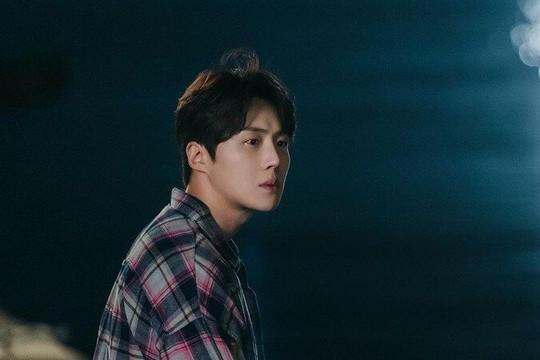 """Kim Seon Ho từng quỳ gối cầu xin bạn gái quay lại dù bị """"cắm sừng""""."""